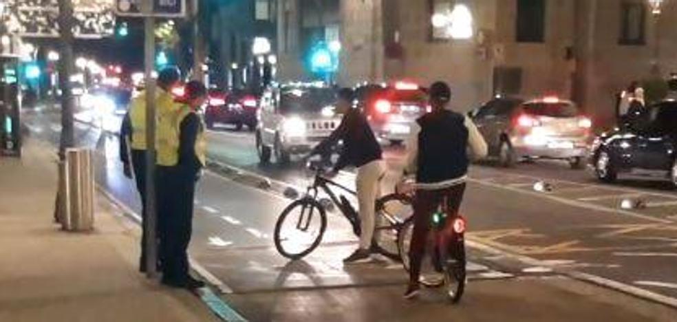 Bilbao intenta 'bajar' a los ciclistas de las aceras a golpe de información... por ahora