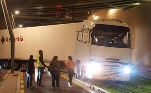 Un camión cruzado bajo La Salve corta el tráfico del tranvía durante dos horas