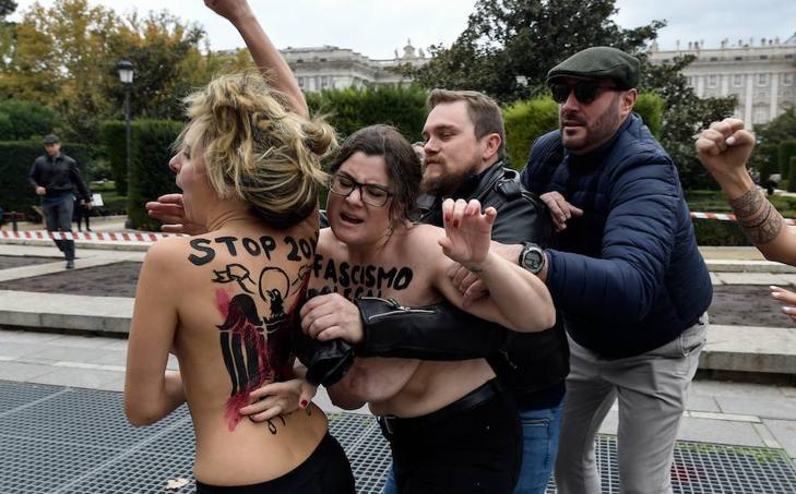 Activistas de Femen protestan en un acto de Falange convocado por el aniversario de la muerte de Franco