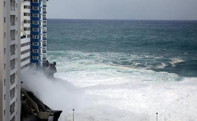 El fuerte oleaje rompe el balcón de una tercera planta en el norte de Tenerife