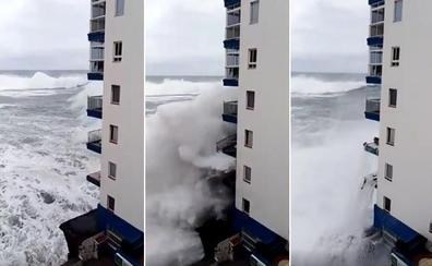 Olas que alcanzan hasta un tercer piso y arrancan balcones en Tenerife