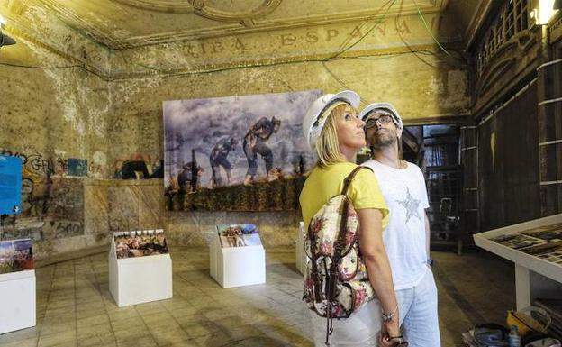 Dos visitantes contemplan una exposición en las galerías. /BORJA AGUDO