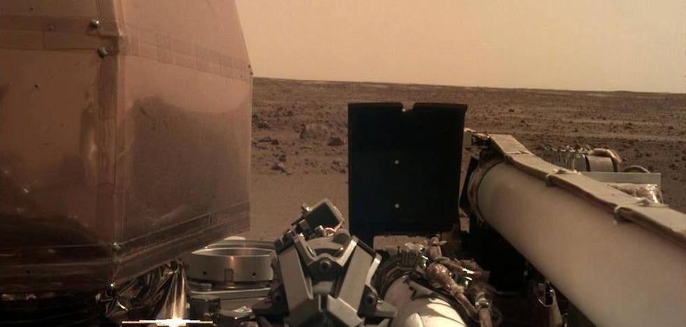 'InSight' ha desplegado sus paneles solares en el ecuador de Marte