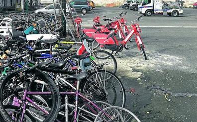 El mal uso de las bicis eléctricas obliga a la Policía a actuar tres veces al día