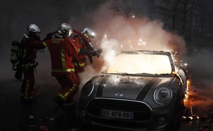 Los 'chalecos amarillos' convierten París en un campo de batalla