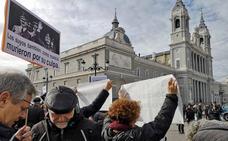 Decenas de personas protestan contra el traslado de Franco a la catedral de la Almudena