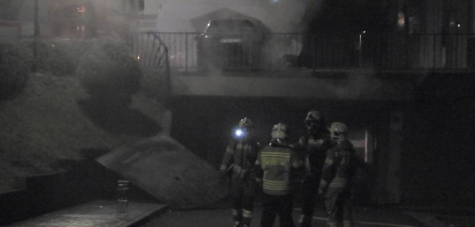 Una gran humareda por un coche incendiado dentro de un garaje siembra la alarma en Etxebarri