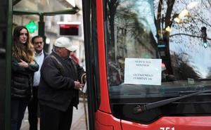 Normalidad y resignación entre los viajeros en el arranque de los paros de Bilbobus