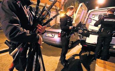 Descubren un arsenal de armas sin control en el piso de un paciente psiquiátrico en Deusto
