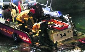 Los bomberos salvan la vida a un hombre que cayó a la ría desde el puente de La Merced