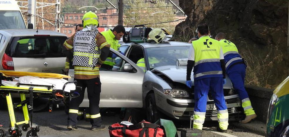 Dos heridos en un accidente múltiple en la carretera vieja de Lutxana
