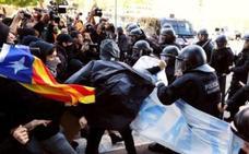 Batalla campal en Girona entre la Polícia catalana y manifestantes secesionistas