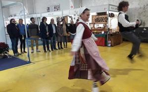 Krikitin pone el ritmo a la apertura de la Euskal Denda en Durango