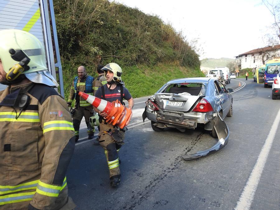 Tres heridos en un choque entre un camión y dos turismos en Lemoa