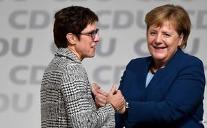 La CDU elige a la centrista Kramp-Karrenbauer para suceder a Merkel