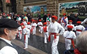 Durango folk alza el vuelo en su veinte aniversario con los dantzaris zancudos de Las Landas