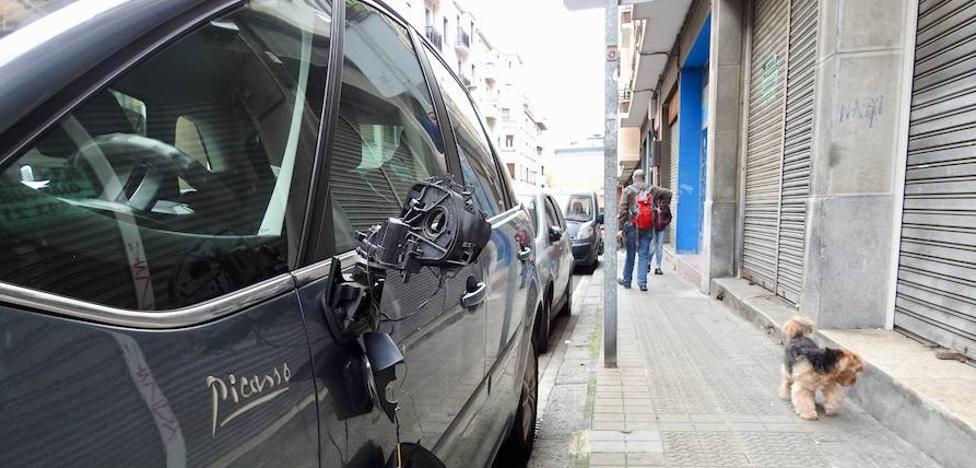 Detenido un joven por romper retrovisores a una veintena de coches en Bilbao