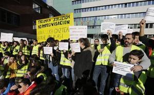 Padres y alumnos del Instituto Trueba toman la calle para clamar contra el traslado a Bilbao