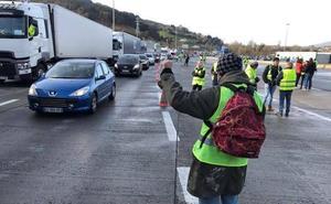 Los 'chalecos amarillos' impiden en Irún el paso de camiones a Francia
