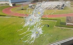 Un ertzaina de la Brigada Móvil dispara tres veces a una ventana en la base de Iurreta