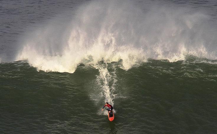 Campeonato de surf de olas grandes en Punta Galea