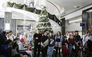 Los menores ingresados en el Hospital de Cruces encienden su decoración navideña
