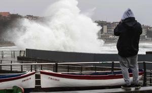 Euskadi, en alerta por rachas de viento de 100 km/h y olas de hasta 5 metros a partir de mañana