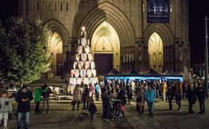 Un árbol formado por barricas decora la plaza de la catedral nueva de Vitoria