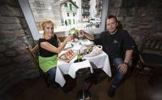 Uralde (Hondarribia): Cocina con fogón y parrilla incandescente