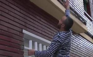Trepa por un edificio de Zaragoza para ayudar a una mujer a la que pegaba su pareja