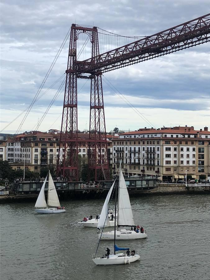 Cerca de 70 barcos navegan bajo el Puente Colgante en la Regata del Gallo