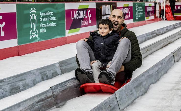 La plaza de la Virgen Blanca se vuelve a transformar en una pista de hielo