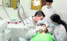 Indignación entre profesores y alumnos de Odontología por ser excluidos de la nueva facultad