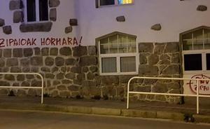 Pintadas en el batzoki de Lekeitio contra el PNV y la Ertzaintza: 'Los cipayos, al paredón'