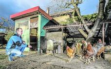 «Mis pollos viven como marqueses». Acompañamos a un avicultor al mercado de Navidad de Vitoria