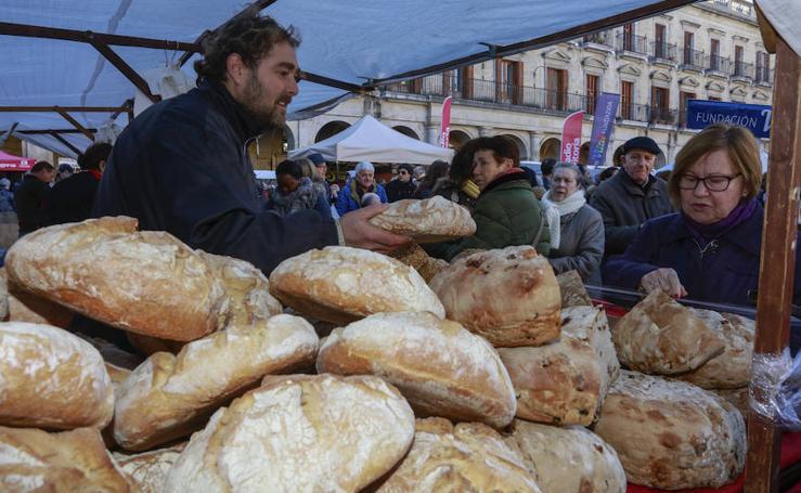 Los vitorianos acuden en masa al tradicional mercado de Navidad