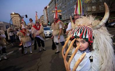 Un desfile de Olentzero, a ritmo de trikitixa y txalaparta