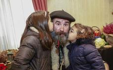 Olentzero y Mari Domingi recogen las cartas de los niños en Vitoria