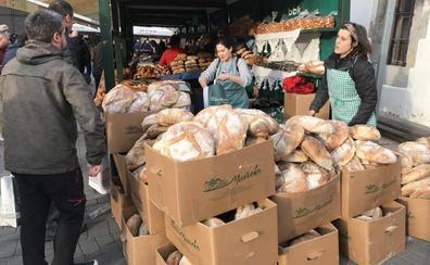 Miles de personas compran el pan de la Nochebuena en la feria de Galdames