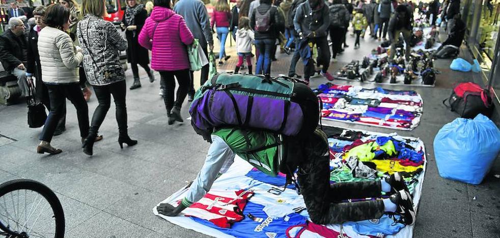 La caída de las operaciones policiales contra el 'top manta' indigna a los comerciantes