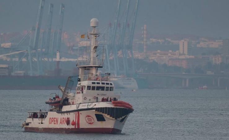 El 'Open Arms' atraca en Algeciras con 300 inmigrantes a bordo