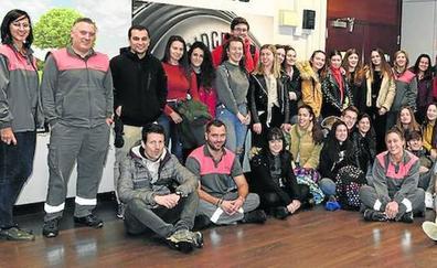 Los participantes de STARTInnova muestran sus ideas al Ayuntamiento de Sestao y a Bridgestone
