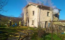 Los bomberos sofocan un incendio en una casa de Peñacerrada