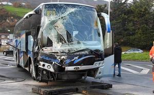 Un autobús escolar vacío y un camión chocan después de la rotonda de Aparcavisa