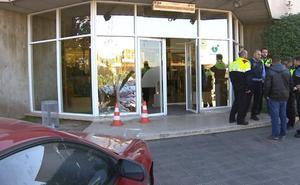 Un hombre estrella su coche contra la puerta de los estudios de TV3