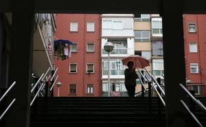 Dos encapuchados con cuchillos desvalijan un piso de Santutxu tras amenazar al inquilino