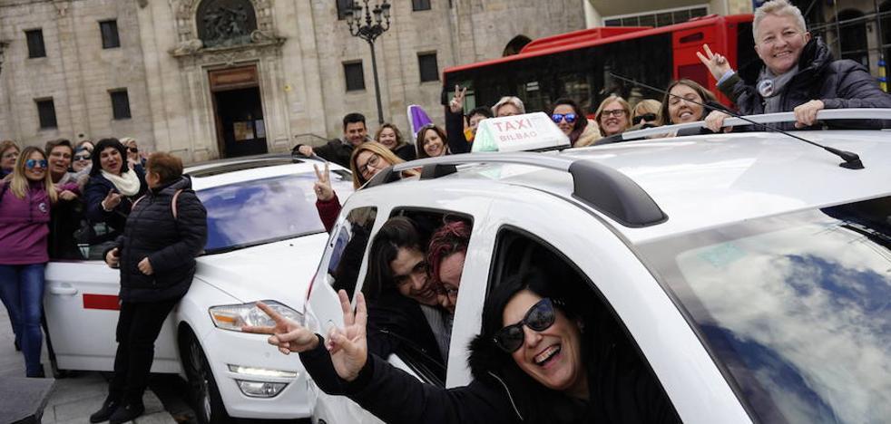 Las mejoras en seguridad duplican el número de mujeres taxistas en Bilbao