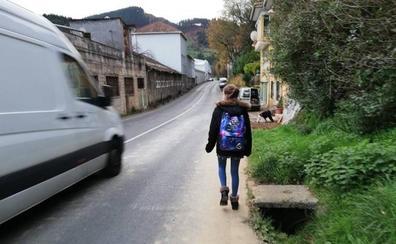 Alertan del riesgo que corren los vecinos de un barrio de Zalla para coger el autobús