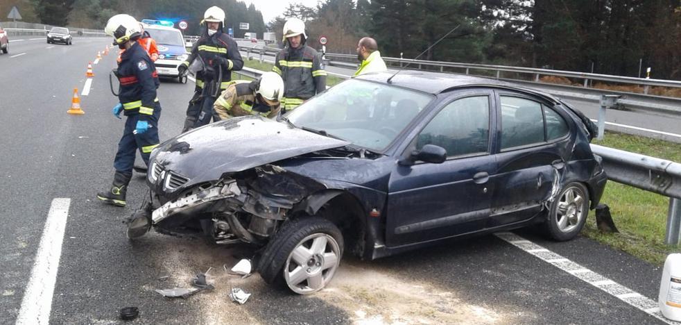 Una conductora herida tras un accidente en el que se han visto implicados su coche y un camión