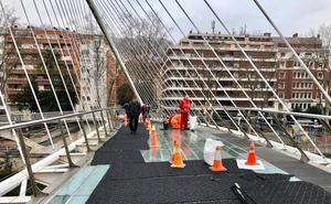 Reponen la alfombra 'anticaídas' de la pasarela Calatrava